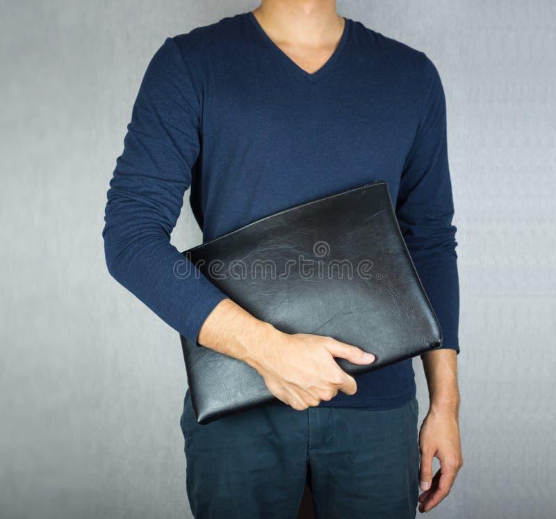 Hombre que lleva a cabo la situación de cuero de la cartera imagen de archivo libre de regalías