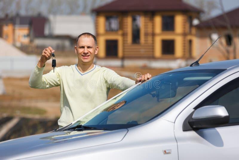 Hombre que lleva a cabo llaves del coche imágenes de archivo libres de regalías