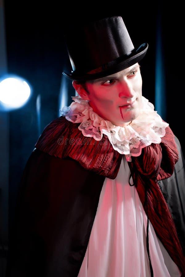 Hombre que lleva como vampiro para   Halloween imagenes de archivo