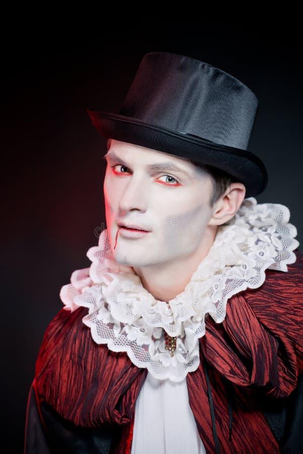 Hombre que lleva como vampiro para   Halloween foto de archivo libre de regalías