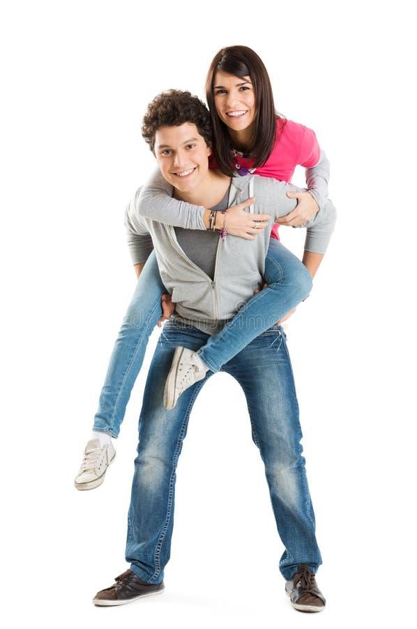 Hombre que lleva a cuestas a su novia bonita foto de archivo