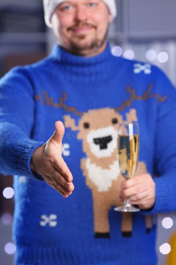 Hombre que lleva el control azul caliente del suéter de los ciervos en brazo imagen de archivo