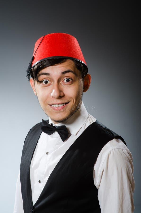 Hombre que lleva el sombrero turco tradicional foto de archivo