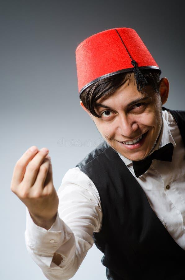 Hombre que lleva el sombrero turco tradicional imagenes de archivo