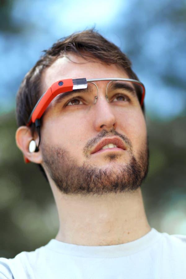 Hombre que lleva el vidrio de Google foto de archivo