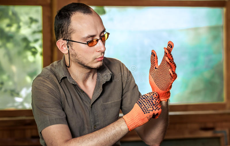 Hombre que lleva guantes protectores fotografía de archivo