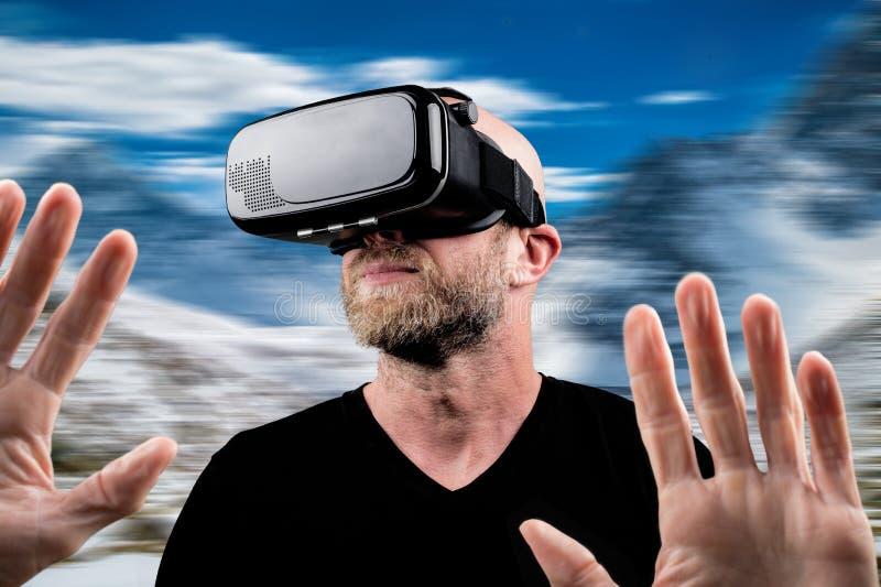 Hombre que lleva las auriculares de VR imagen de archivo libre de regalías