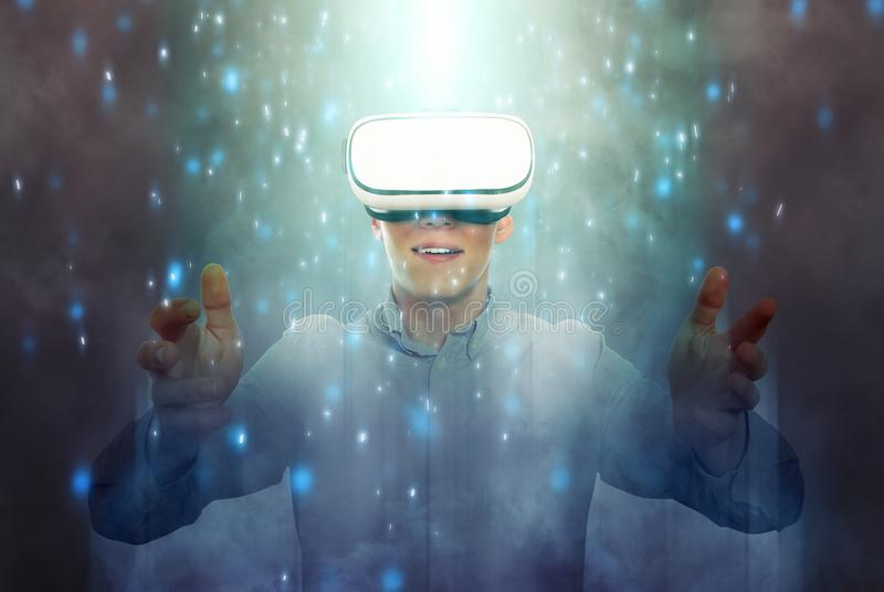 Hombre que lleva los vidrios de la realidad virtual fotografía de archivo