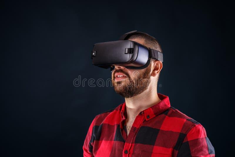 Hombre que lleva los vidrios de la realidad virtual foto de archivo libre de regalías
