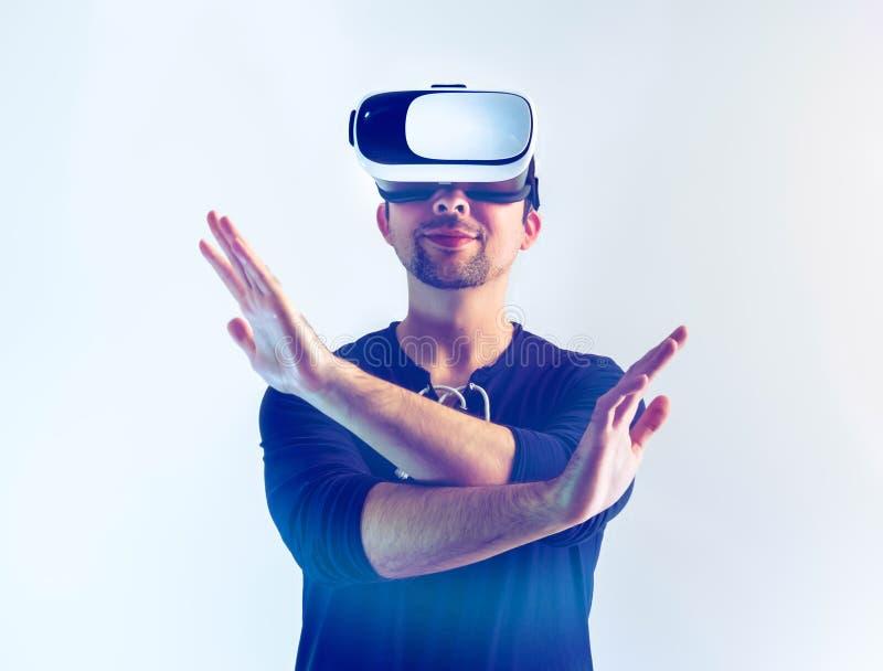 Hombre que lleva los vidrios de VR imagen de archivo libre de regalías