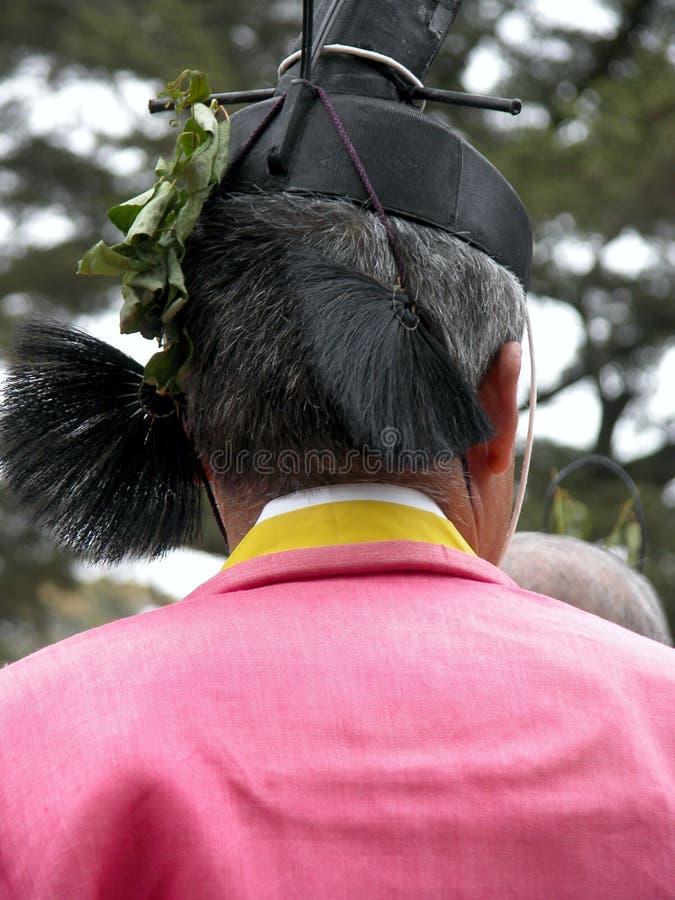 Hombre que lleva un vestido tradicional durante una ceremonia sintoísta en Japón foto de archivo