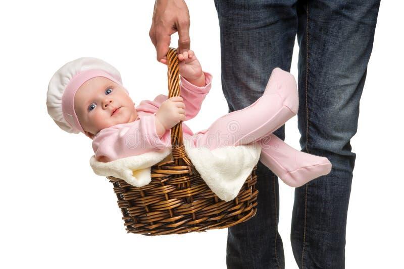 Hombre que lleva una cesta con el bebé alegre imagen de archivo libre de regalías