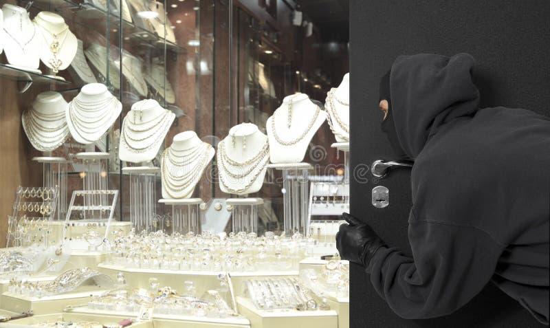 Hombre que lleva una máscara con túnica una joyería imágenes de archivo libres de regalías