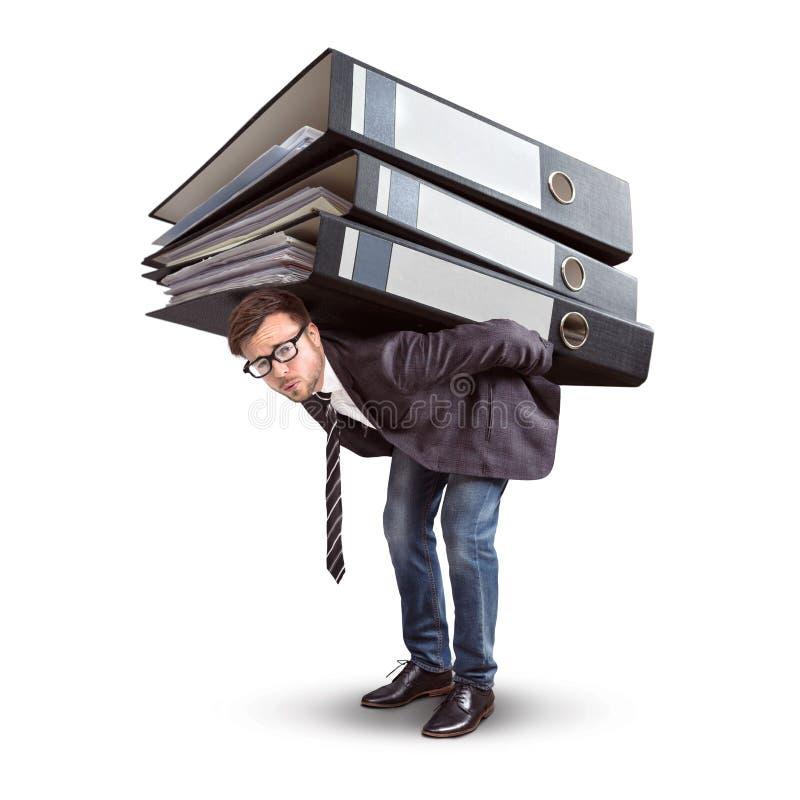 Hombre que lleva una pila gigante de carpetas fotos de archivo