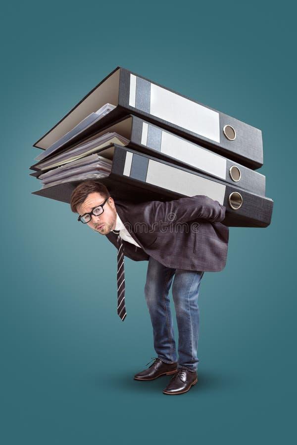 Hombre que lleva una pila gigante de carpetas imágenes de archivo libres de regalías