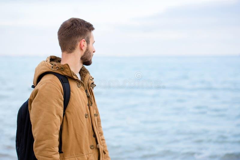 Hombre que mira el mar al aire libre imagenes de archivo