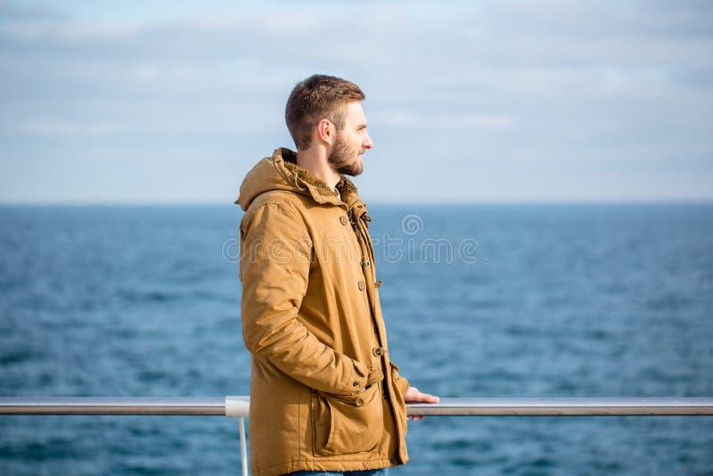 Hombre que mira el mar al aire libre foto de archivo
