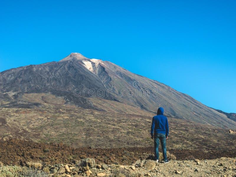 Hombre que mira el parque nacional Tenerife de Teide- imágenes de archivo libres de regalías