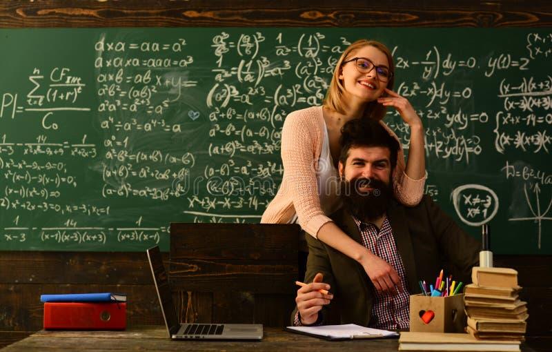 Hombre que mira en curso de aprendizaje de observación de la exhibición del ordenador portátil y que escucha él, Internet que est imagen de archivo libre de regalías