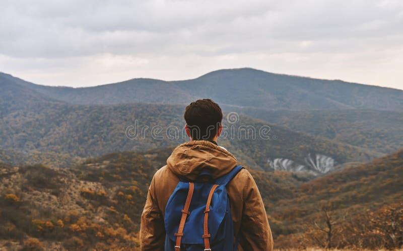 Hombre que mira en las montañas, vista posterior foto de archivo
