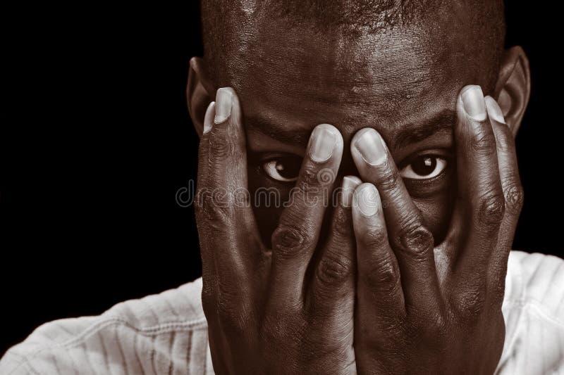 Hombre que mira a escondidas sin embargo sus dedos imágenes de archivo libres de regalías