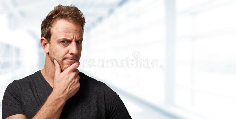 Hombre que mira la cámara con duda fotos de archivo libres de regalías