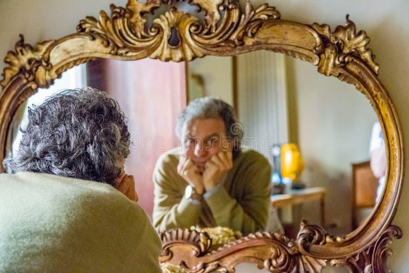Hombre que mira la reflexión imágenes de archivo libres de regalías