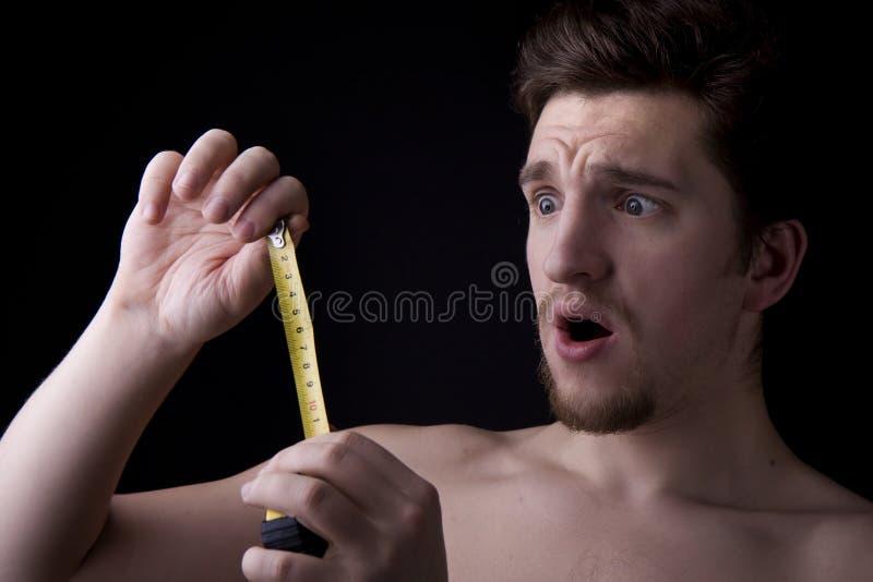 Hombre que mira la ruleta foto de archivo