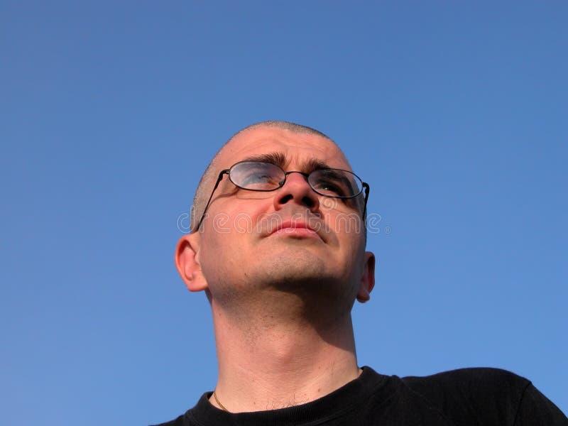 Hombre que mira lejos foto de archivo libre de regalías