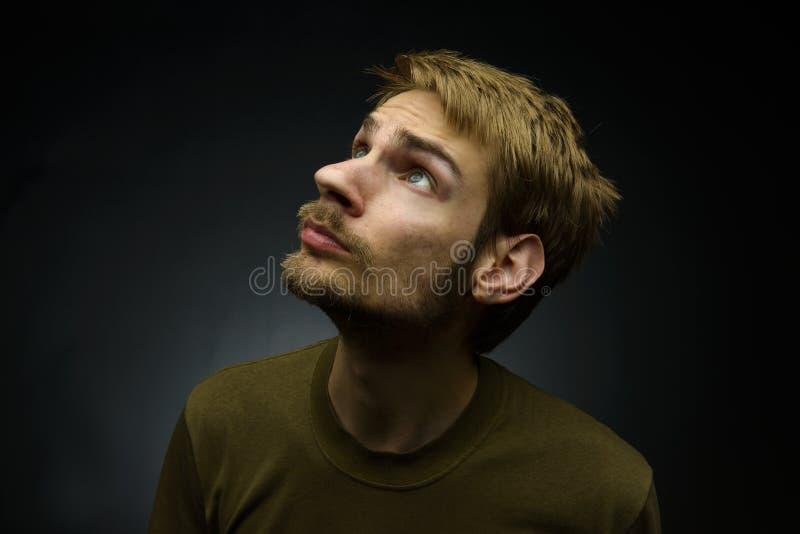 Hombre que mira para arriba foto de archivo