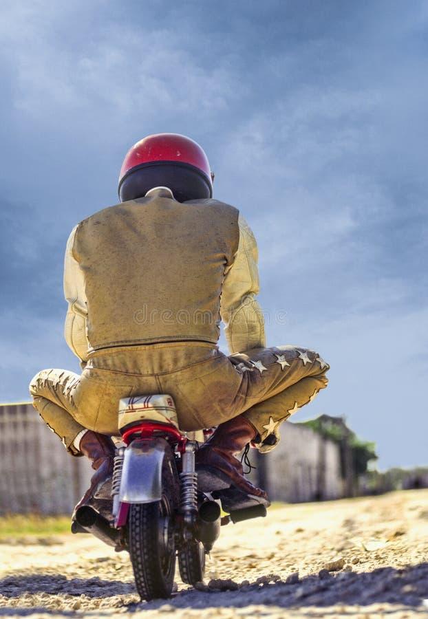 Hombre que monta la mini motocicleta imagen de archivo libre de regalías