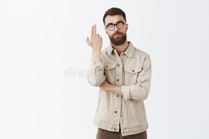 Hombre que muere del aburrimiento Marido maduro apuesto enfadado y descontentado con la barba larga en vidrios de moda negros y imágenes de archivo libres de regalías