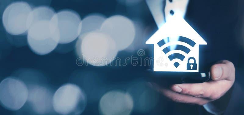 Hombre que muestra el icono casero de la seguridad del wifi fotos de archivo