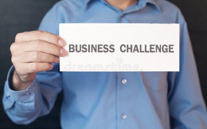 Hombre que muestra el Libro Blanco con una palabra del desafío del negocio fotografía de archivo