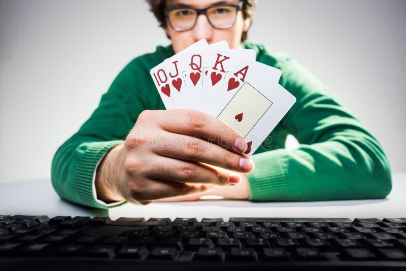 Hombre que muestra la fan de la tarjeta imágenes de archivo libres de regalías