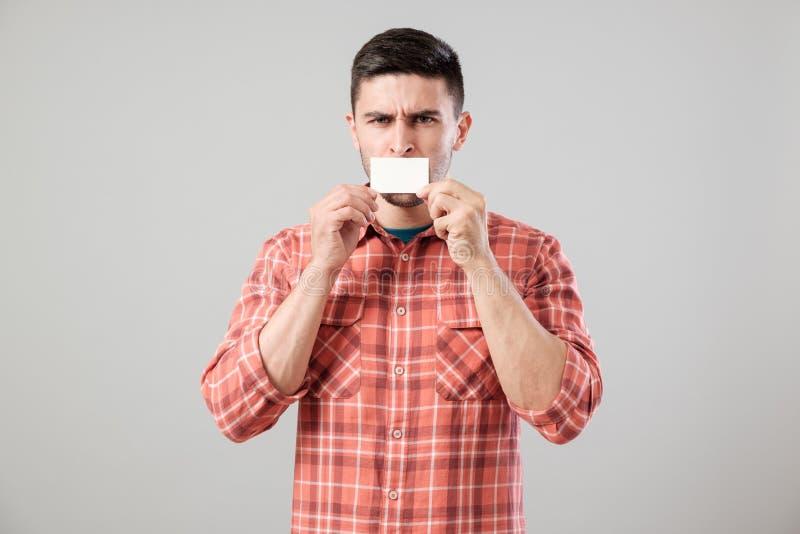 Hombre que muestra la tarjeta de visita en blanco fotografía de archivo libre de regalías