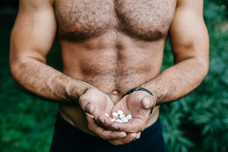 Hombre que muestra sosteniendo el paquete de píldoras imágenes de archivo libres de regalías