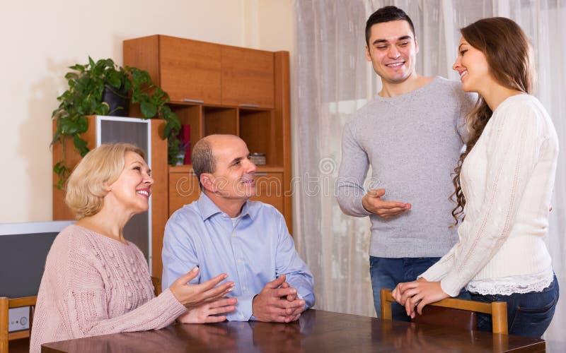 Hombre que muestra a su futura esposa fotos de archivo