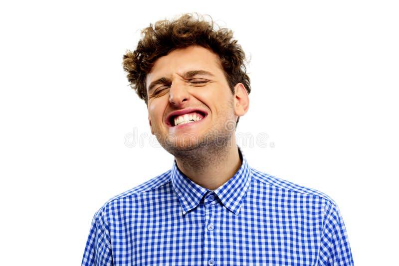 Hombre que muestra sus dientes fotografía de archivo