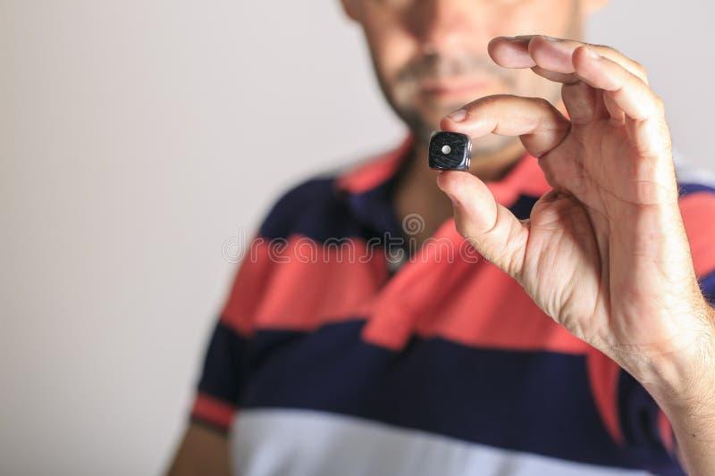 Hombre que muestra un dado en su mano imágenes de archivo libres de regalías