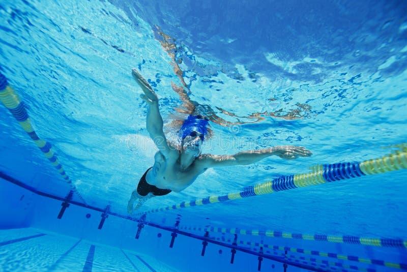 Hombre que nada bajo el agua foto de archivo libre de regalías