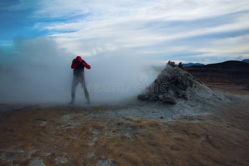 Hombre que pasa a través del vapor, Hverir Islandia imagen de archivo libre de regalías
