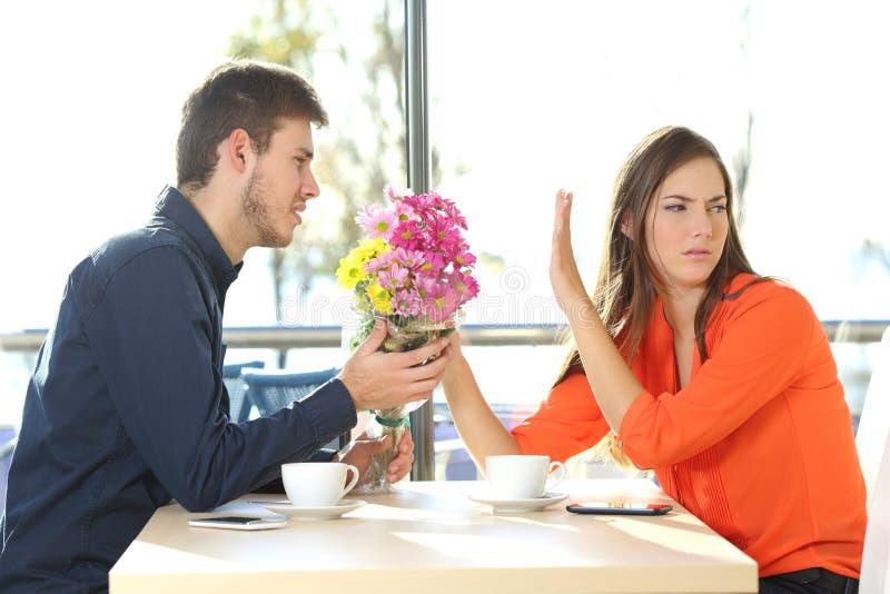 Hombre que pide perdón a su novia foto de archivo libre de regalías
