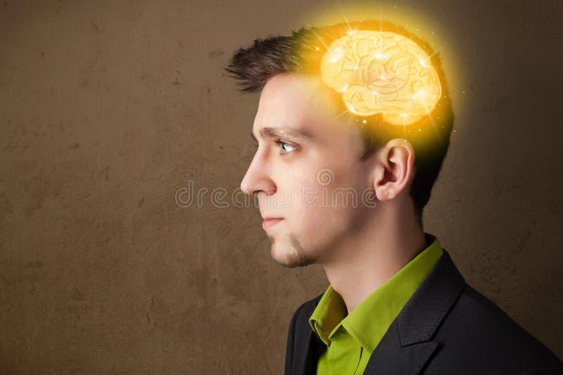 hombre que piensa con el ejemplo del cerebro que brilla intensamente imágenes de archivo libres de regalías