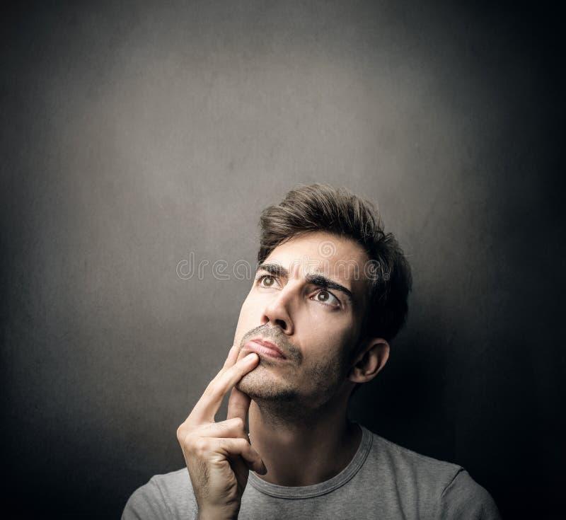 Hombre que piensa en algo imagen de archivo libre de regalías