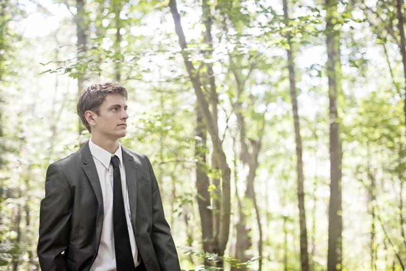 Hombre que piensa en bosque fotografía de archivo libre de regalías