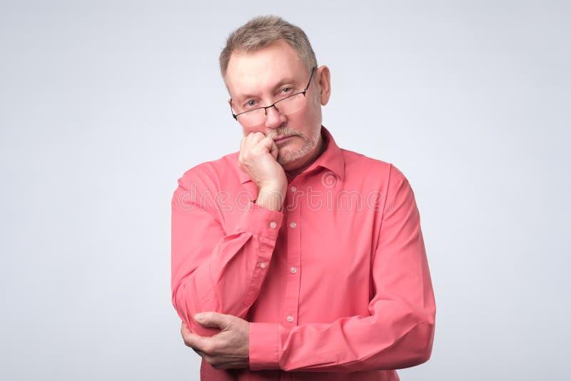 Hombre que piensa en sus problemas, expresando algunas dudas imágenes de archivo libres de regalías