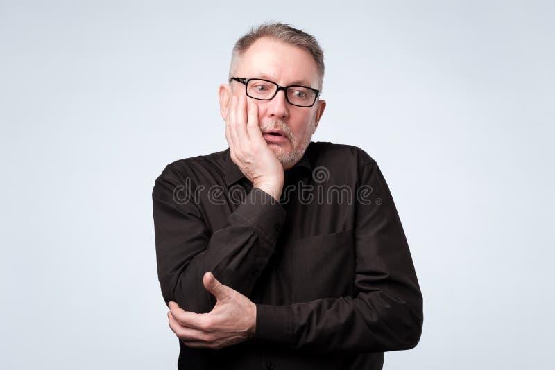 Hombre que piensa en sus problemas, expresando algunas dudas imagenes de archivo