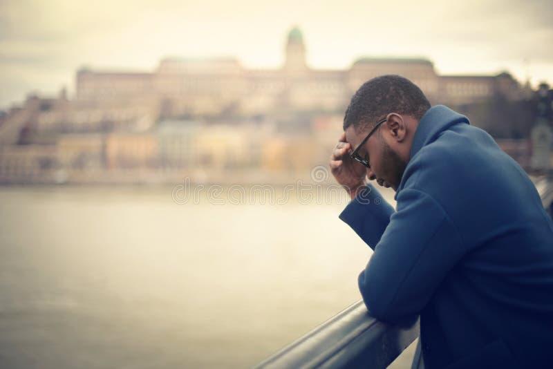 Hombre que piensa en un puente imagenes de archivo