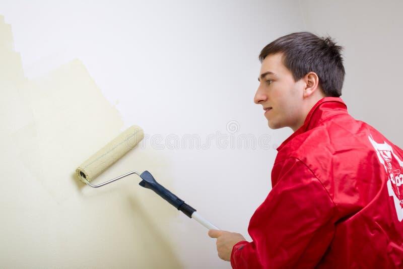 Hombre que pinta una pared fotografía de archivo libre de regalías